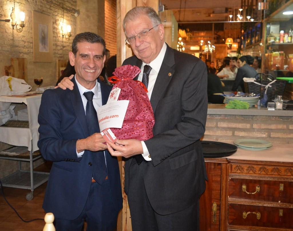 Jesús Creagh recibe el regalo de manos de D. Toscano
