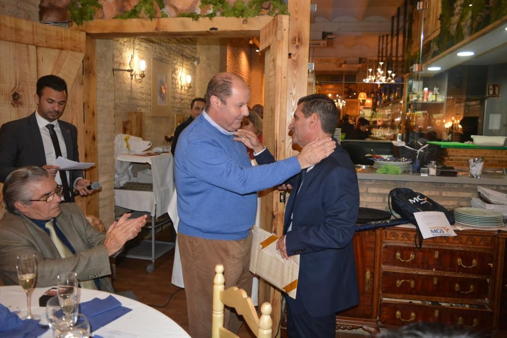 Ángel Santiago Gómez se abraza con David Toscano