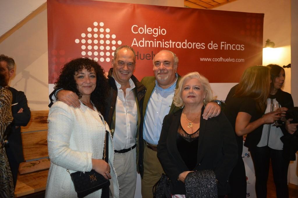 Javier de Vega y Angel J. Fernández González, junto a sus esposas