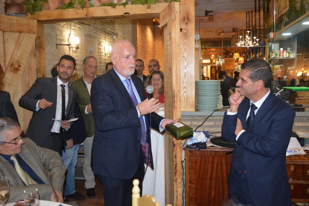 David Toscano recoge una distinción de manos de Pablo Fernández