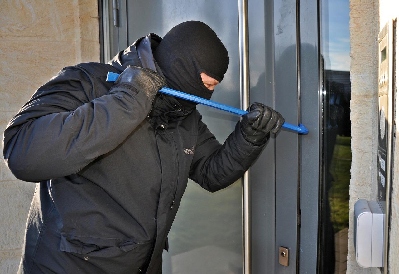 burglar-3718381_1280